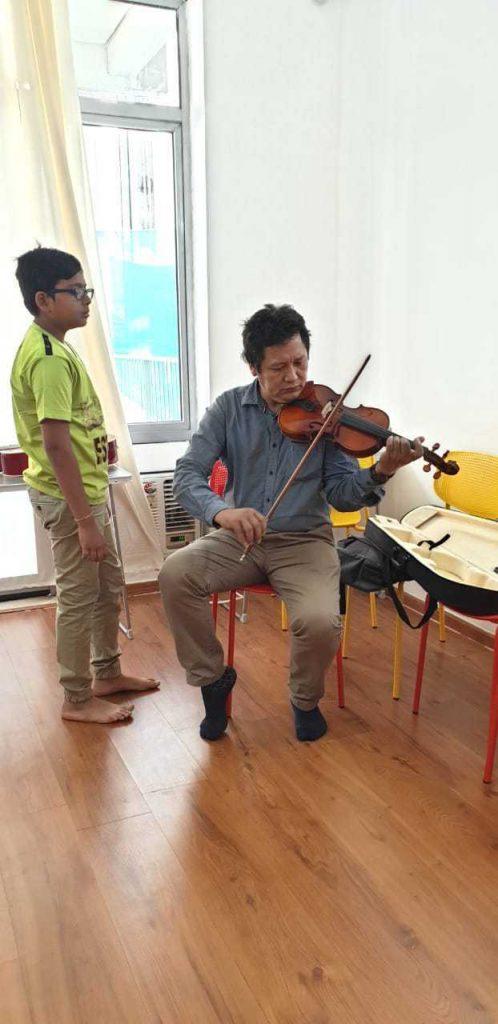 Student learning Violin at Kalaa