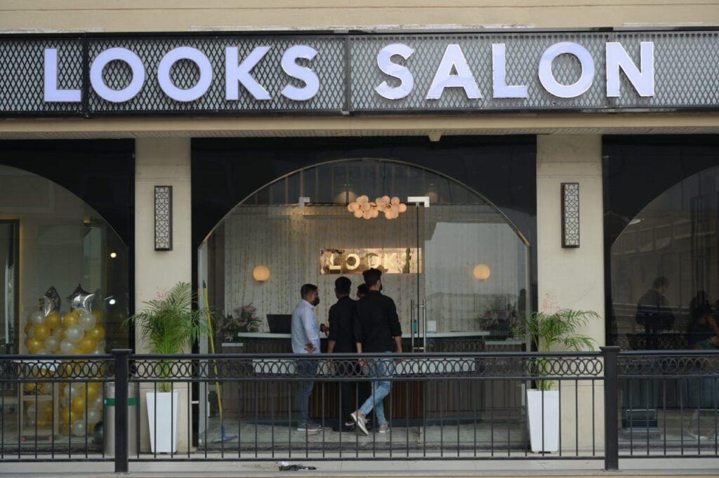 Looks Salon Sapphire Ninety entrance look