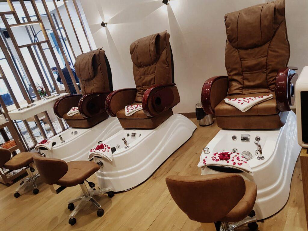 Looks Salon Sapphire Ninety Pedicure Section